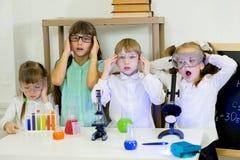 Bambini che fanno gli esperimenti di scienza Immagini Stock