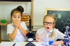 Bambini che fanno gli esperimenti di scienza Immagine Stock Libera da Diritti