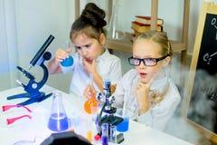 Bambini che fanno gli esperimenti di scienza Fotografia Stock Libera da Diritti