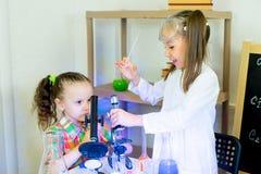 Bambini che fanno gli esperimenti di scienza Fotografie Stock