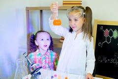 Bambini che fanno gli esperimenti di scienza Fotografie Stock Libere da Diritti