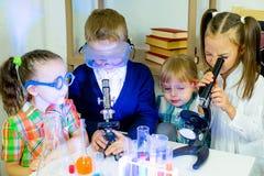 Bambini che fanno gli esperimenti di scienza Fotografia Stock