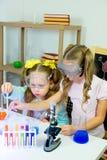 Bambini che fanno gli esperimenti di scienza Immagine Stock