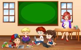 Bambini che fanno groupwork in aula Fotografie Stock