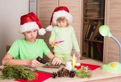 Bambini che fanno le decorazioni di Natale Faccia la decorazione di natale fotografia stock libera da diritti