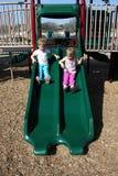 Bambini che fanno scorrere giù Immagine Stock