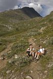 Bambini che fanno un'escursione in montagne, Norvegia Fotografia Stock