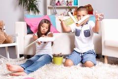 Bambini che gettano i loro libri via Fotografia Stock Libera da Diritti