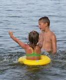 Bambini che giocano in acqua Fotografie Stock Libere da Diritti