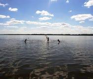 Bambini che giocano in acqua Fotografia Stock