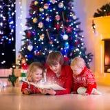 Bambini che giocano al camino sulla notte di Natale Immagine Stock Libera da Diritti
