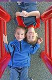 Bambini che giocano al campo da giuoco Immagine Stock