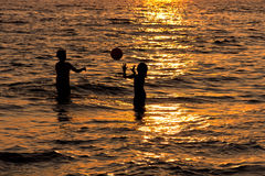 Bambini che giocano al tramonto Fotografie Stock Libere da Diritti