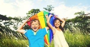 Bambini che giocano all'aperto concetto del campo dei bambini Immagini Stock Libere da Diritti