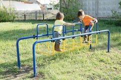 Bambini che giocano all'aperto Ragazzo e bambina sul campo da giuoco, attività dei bambini Infanzia sana attiva Fotografie Stock