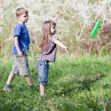 Bambini che giocano all'esterno Immagini Stock Libere da Diritti