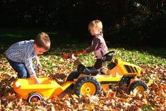Bambini che giocano all'esterno Immagine Stock