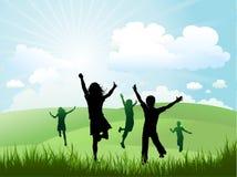 Bambini che giocano all'esterno un giorno pieno di sole Immagini Stock Libere da Diritti