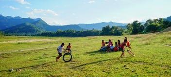 Bambini che giocano alla campagna nel Vietnam Fotografia Stock