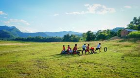 Bambini che giocano alla campagna nel Vietnam Fotografia Stock Libera da Diritti