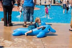 Bambini che giocano alla piscina per bambini all'aperto Fotografia Stock Libera da Diritti