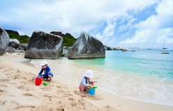 Bambini che giocano alla spiaggia Immagini Stock Libere da Diritti