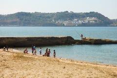 Bambini che giocano alla spiaggia di Alges a Lisbona fotografia stock libera da diritti