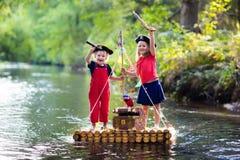 Bambini che giocano avventura del pirata sulla zattera di legno Fotografia Stock Libera da Diritti