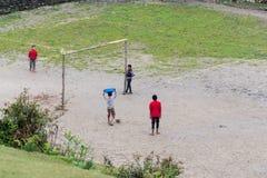 Bambini che giocano a calcio in Ghalegaun, Nepal fotografia stock libera da diritti