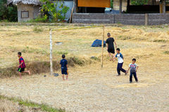 Bambini che giocano a calcio nella risaia Immagine Stock Libera da Diritti