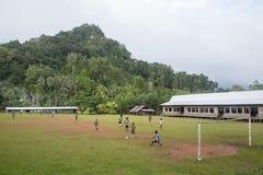 Bambini che giocano a calcio, Solomon Islands del villaggio Fotografia Stock