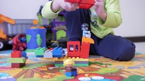 Bambini che giocano con i blocchi stock footage