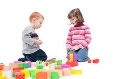 Bambini che giocano con i blocchi variopinti Fotografia Stock