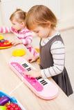 Bambini che giocano con i giocattoli Fotografie Stock