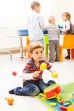 Bambini che giocano con i giocattoli Fotografia Stock