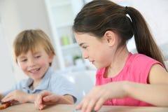 Bambini che giocano con i giocattoli all'interno Immagini Stock