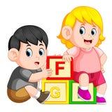 Bambini che giocano con il blocchetto di alfabeto illustrazione di stock