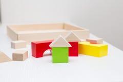 Bambini che giocano con il costruttore di legno Immagini Stock