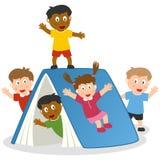 Bambini che giocano con il libro gigante illustrazione di stock