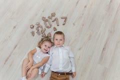 Bambini che giocano con il ` s EVE del nuovo anno del pan di zenzero Fotografie Stock