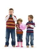 Bambini che giocano con l'aerostato del giocattolo Fotografie Stock Libere da Diritti