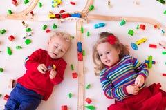 Bambini che giocano con l'insieme di legno del treno Fotografia Stock Libera da Diritti