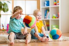 Bambini che giocano con la palla dell'interno Fotografie Stock Libere da Diritti