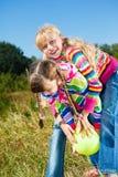 Bambini che giocano con la sfera Immagini Stock