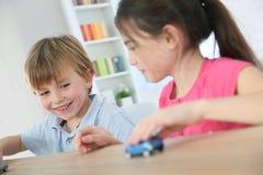 Bambini che giocano con le automobili del giocattolo Fotografie Stock Libere da Diritti