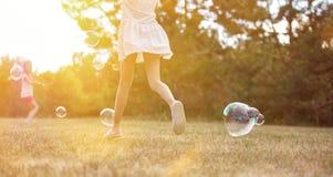 Bambini che giocano con le bolle Fotografia Stock Libera da Diritti