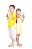 Bambini che giocano con le bolle isolate su bianco Fotografie Stock Libere da Diritti
