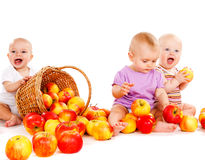Bambini che giocano con le mele Fotografia Stock Libera da Diritti