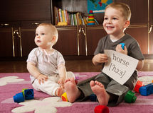 Bambini che giocano con le schede Fotografia Stock