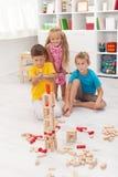 Bambini che giocano con un arco e una freccia Immagini Stock
